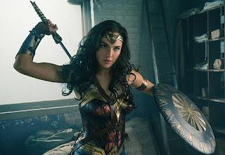 wonder woman: steve trevor lucha junto a la amazona en un nuevo poster