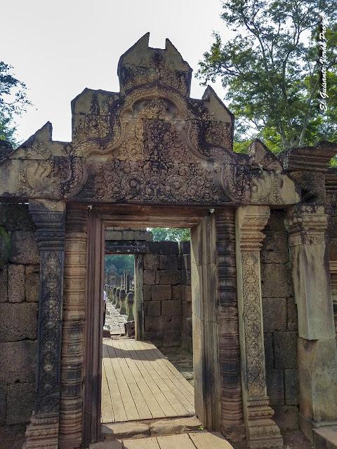 Banteay Srei, gopura calzaa principal - Angkor, Camboya por El Guisante Verde Project