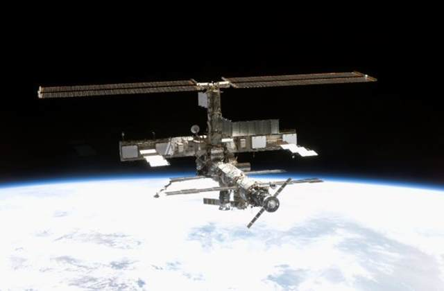 Astronautas instalam atracadouro para naves privadas