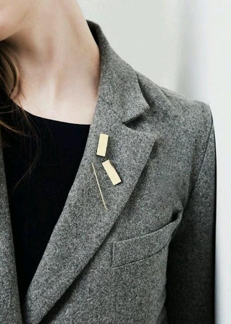 jak odświeżyć stary płaszcz, porady stylistki, jak nosić, płaszcz, inspiracje, inspiration, porady, fashion inspiration, jesień , zima, stylizacje, świat kobiet, zestawy ubrań, naszywki, płaszcz, jak nosić płaszcz, broszka