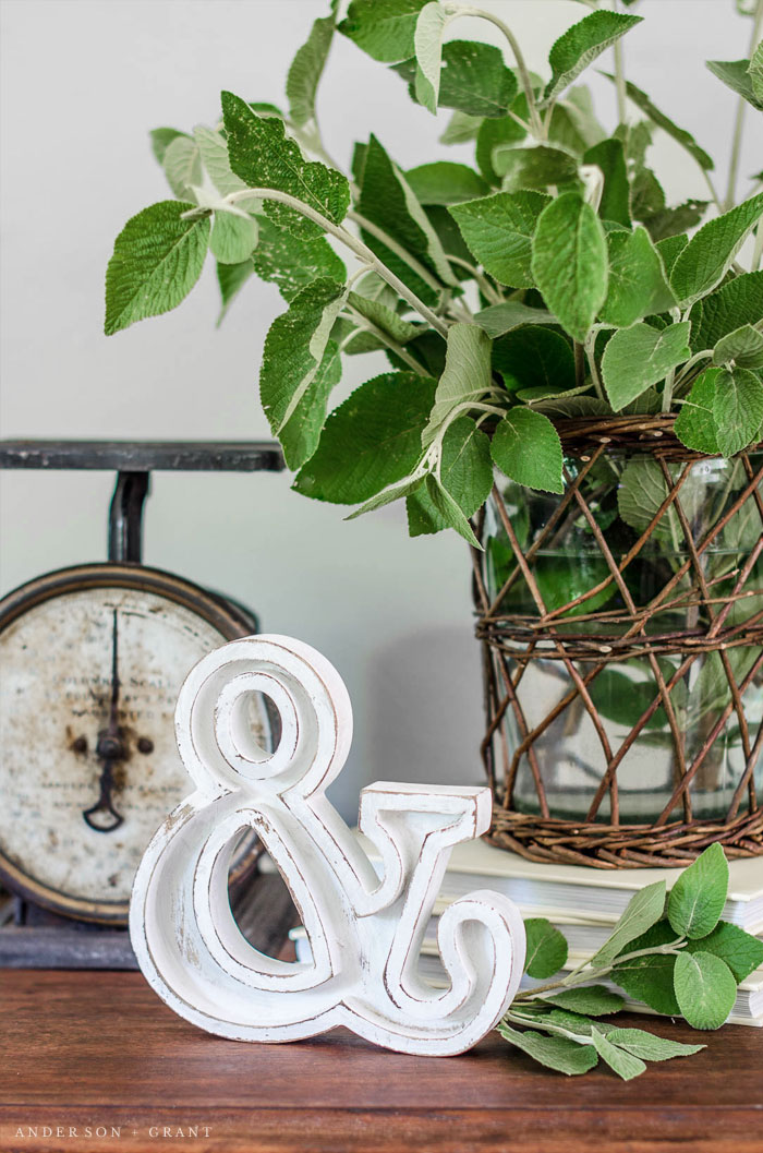 Give a basic craft store wood letter a farmhouse style makeover with this tutorial #DIY #farmhouse #farmhousedecor #andersonandgrant