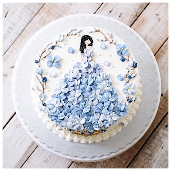 bánh sinh nhật với hoa màu xanh tinh tế