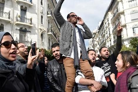 """تفاؤل حذر يسود الجزائر بعد """"قرارات بوتفليقة"""""""