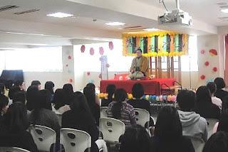 看護専門学校での講師・三遊亭楽春の落語で笑ってリフレッシュ講演会の風景。