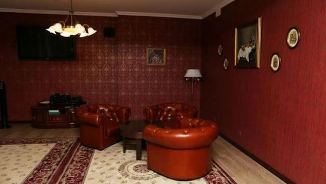 Lobby Hotel dihiasi warna cat crimson yang elegan