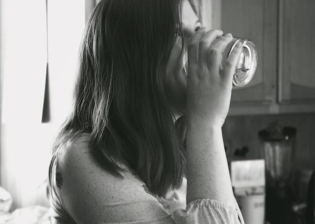 Cara mengecilkan paha dan betis dengan Minum Air Putih