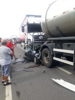 Acidente entre caminhões prensa um carro, e deixa uma vitima fatal em Registro-SP