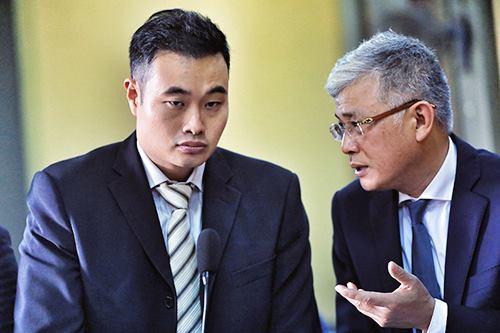 Đại diện người Singapore của Grab (bên trái) tại toà