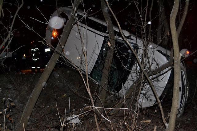 В Уфе машина застряла в деревьях, водителю потребовалась помощь спасателей