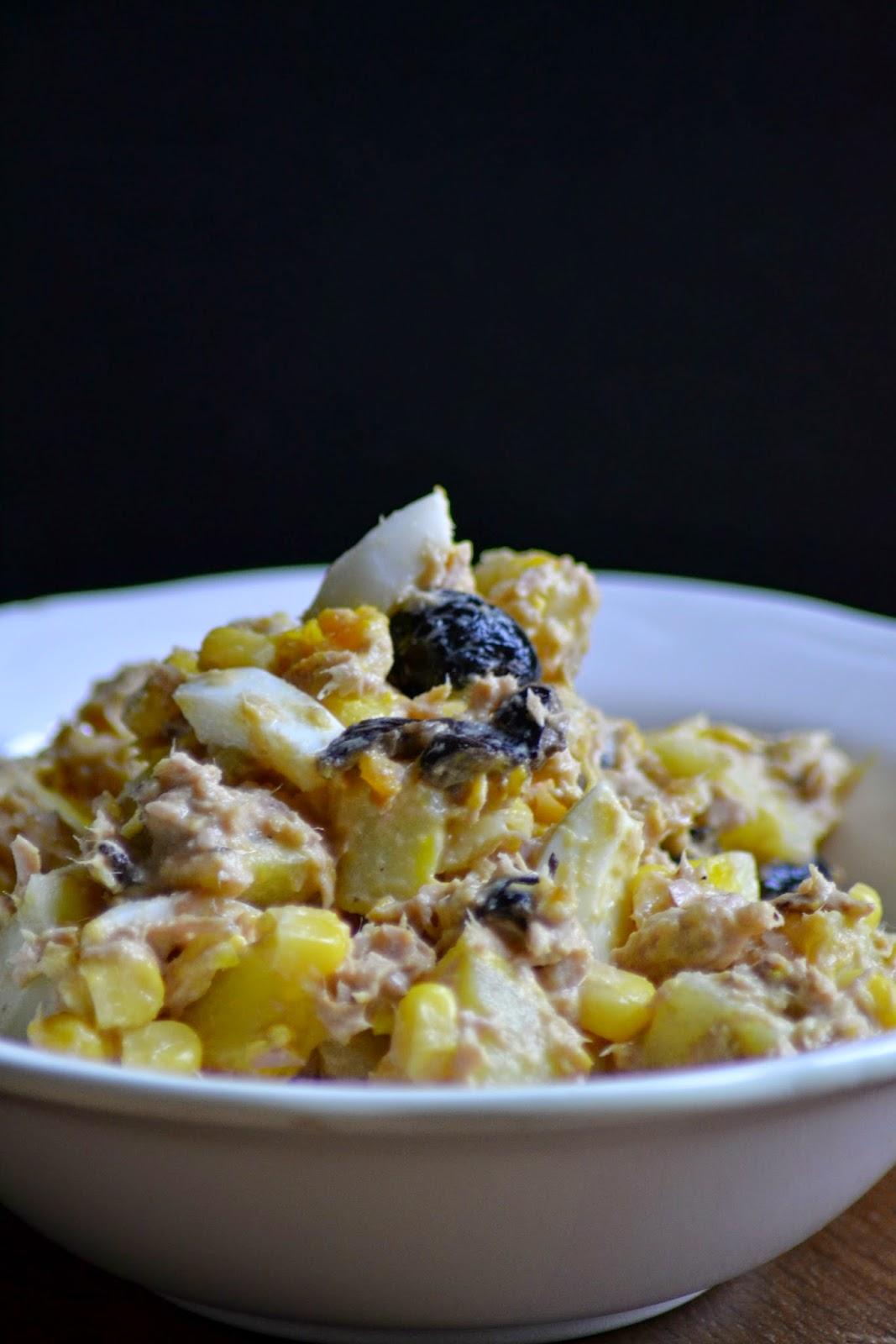 Tonijnsalade met aardappel, mais en olijven