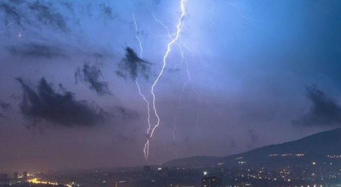 Βροχές, κεραυνοί και χαλάζι στην Αθήνα - Βίντεο