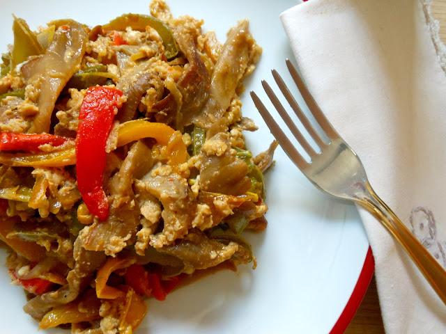 475.- Revuelto de pimientos y setas con salsa de soja