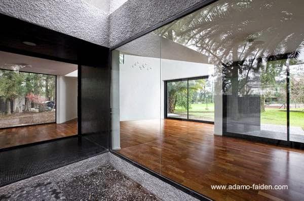 Ventanas con cristales transparentes en la casa minimalista de Benavídez