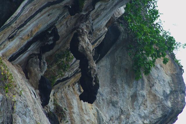 Salah satu Objek Wisata yang paling populer di seputaran Danau Toba yang masih dekat dengan Parapat adalah BATU GANTUNG