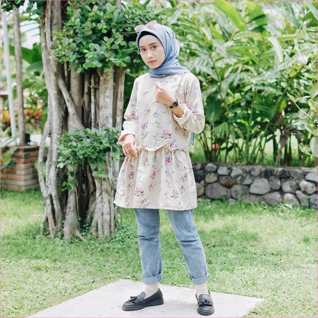 Outfit Kerudung Segiempat Ala Selebgram 2018 kerudung segiempat hijab square polos ciput rajut lace ups jam tangan bulat hitam kacamata bulat baju tunic kuning muda koas kaki krem celana jean denim biru muda ootd kekinian