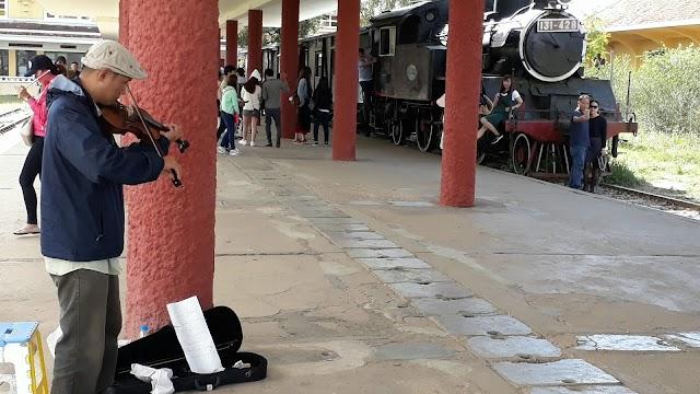 Nghệ sĩ violon ở nhà ga cổ nhất Đà Lạt