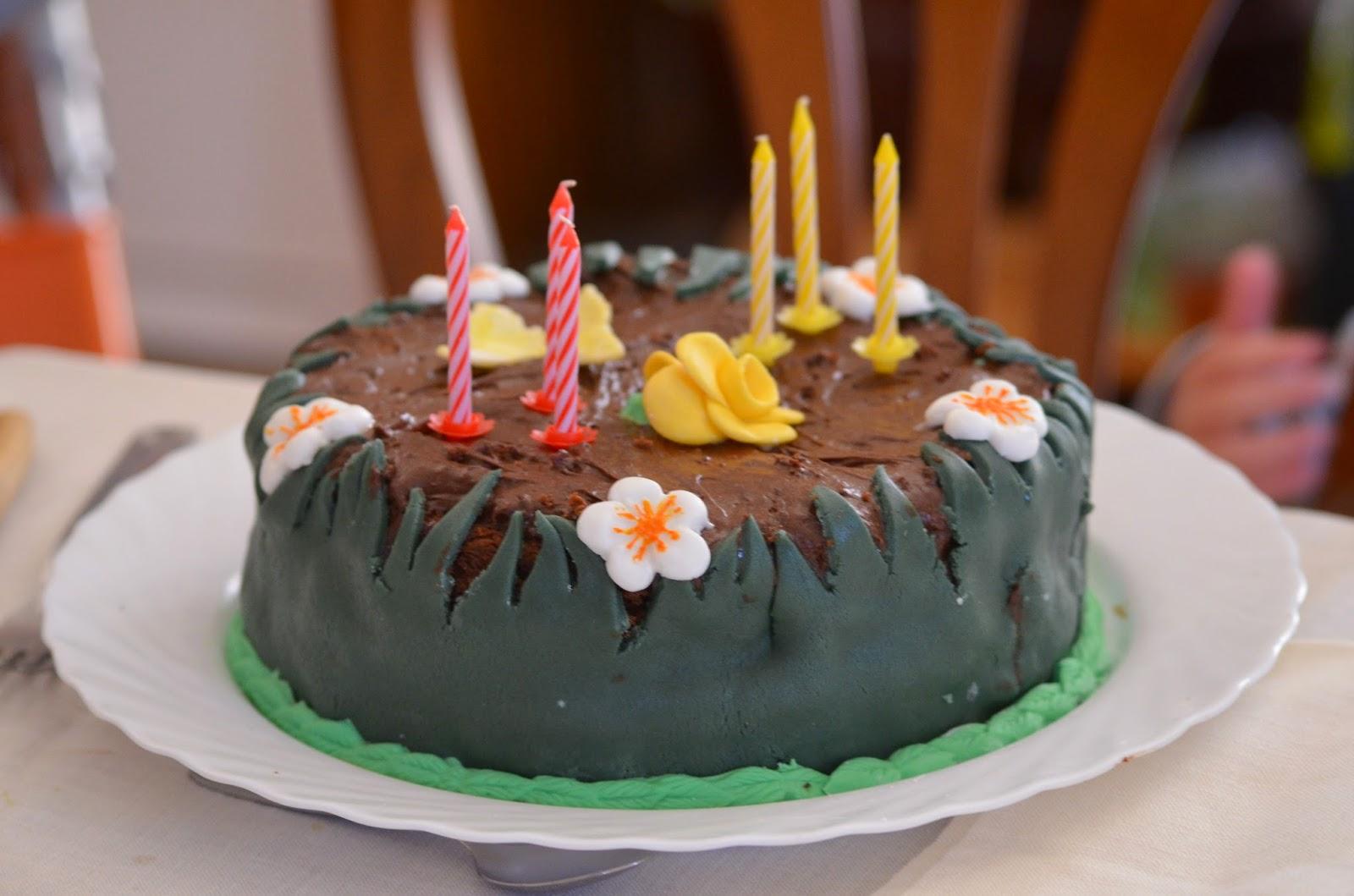 Gâteau thème printemps, recouvert et fouré à la mousse au chocolat, sans lactose, décors herbe et fleurs en pâte à sucre. http://mescreationsrecreations.blogspot.fr/