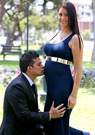 Foto de Christian Domínguez besando la barriga de Karla Tarazona