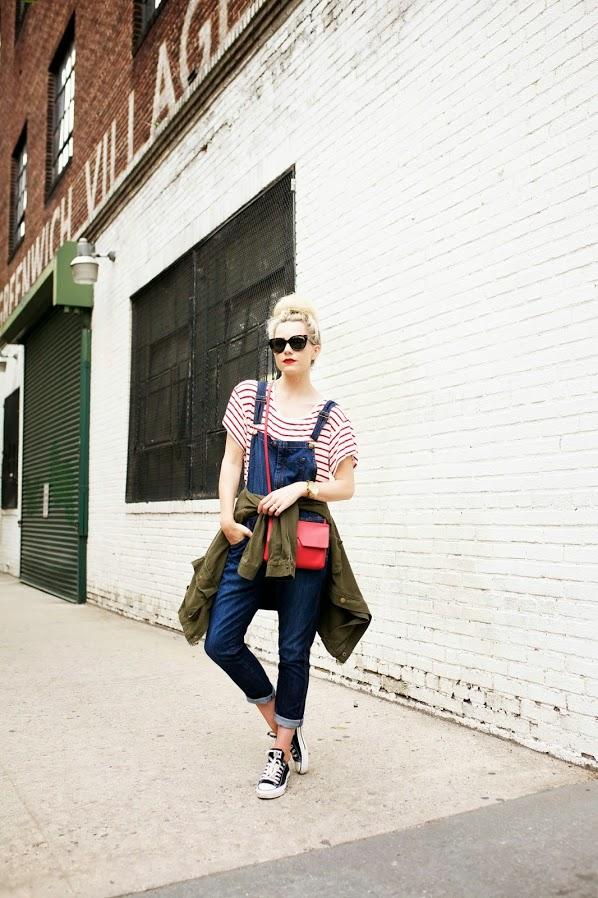 jardineira jeans-roupas femininas-blog de moda-tênis-jaqueta-blusa listrada-gardener jeans-fashion blog-moda feminina-blosa feminina vermelha-bolsa tiracolo
