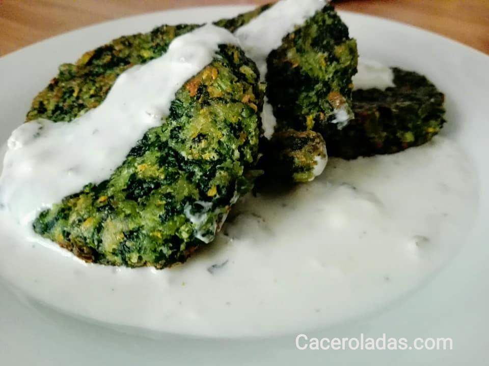 Hamburguesas de espinacas con salsa de queso azul
