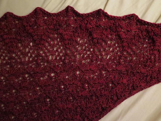 5af0e3359c6 Nějak se to sešlo a já začala plést šátek Echo Flower Shawl potřetí! Jako  fakt. Vybrala si ho jedna známá
