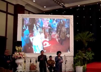 Penempatan screen proyektor di samping panggung pernikahan