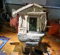 Maquete de una casa en ruinas en el taller de trabajo.