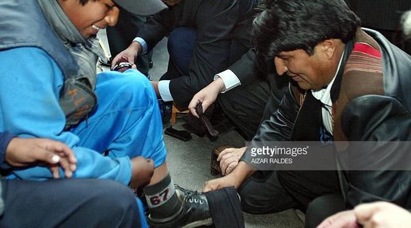 Evo Morales lustra zapatos de un niño trabajador