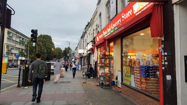 Lower Road 靠近 Surrey Quays 車站的超市與餐廳