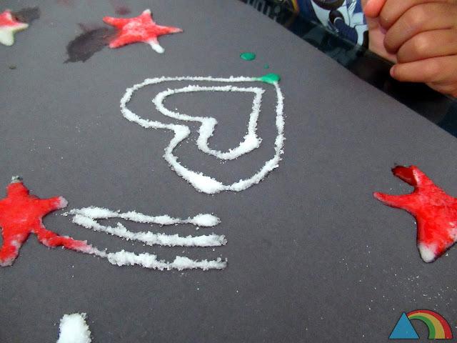 Pintando con tempera diluida en agua un dibujo hecho con cola blanca y sal