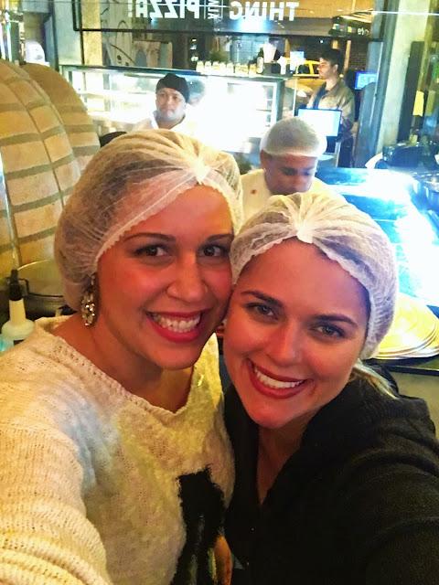 Di e Lili (www.blogapaixonadosporviagens.com.br) disfarçadas entrando na cozinha