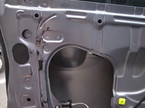 LA100Sムーヴカスタムフロントドアのデッドニング。ブチルはガムテープで大半は剝がせましたが、残った部分はパーツクリーナーで溶かして拭き上げます。