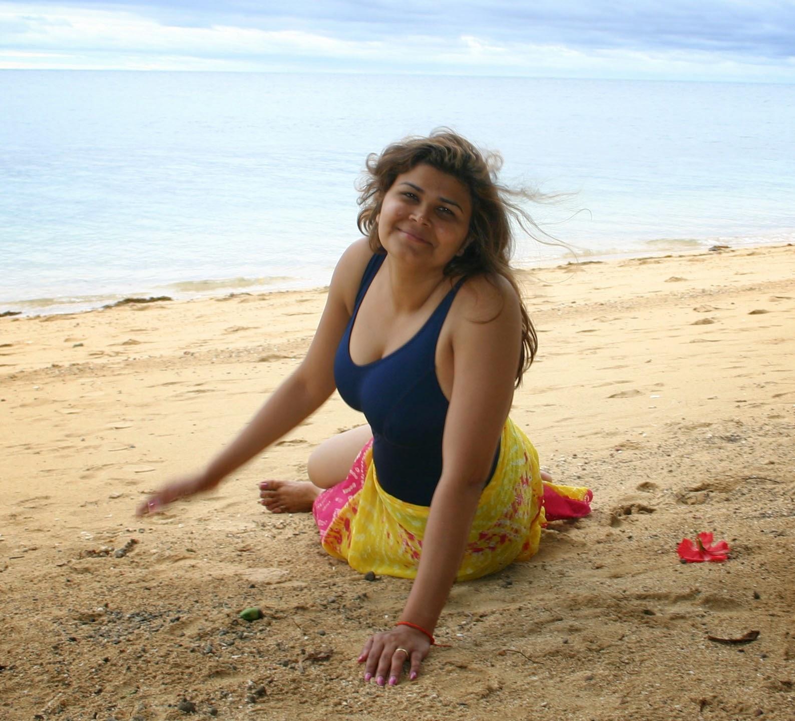 Beautiful Desi Mallu Housewife On The Beach New Photos -3927