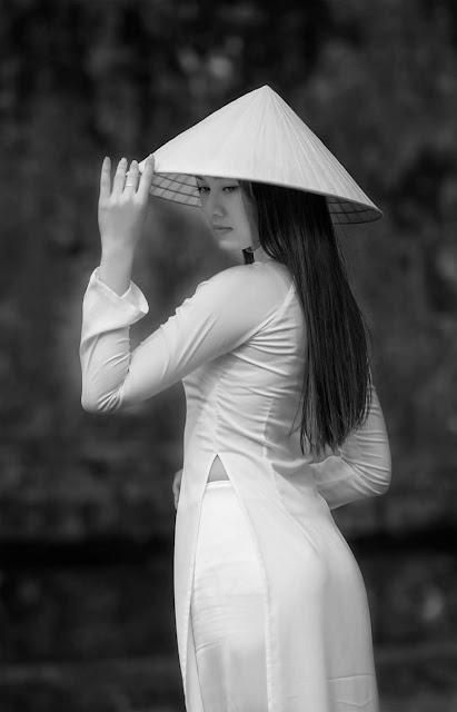 Nét duyên dáng với chiếc nón là áo dài