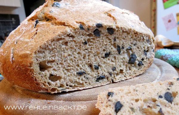 Dinkel-Bierbrot mit schwarzen Oliven und italienischen Kräutern – im Topf gebacken   Foodblog rehlein backt