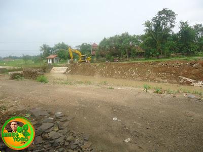 Puluhan meter tanggul penahan longsor sungai Bendungan Macan dihancurkan