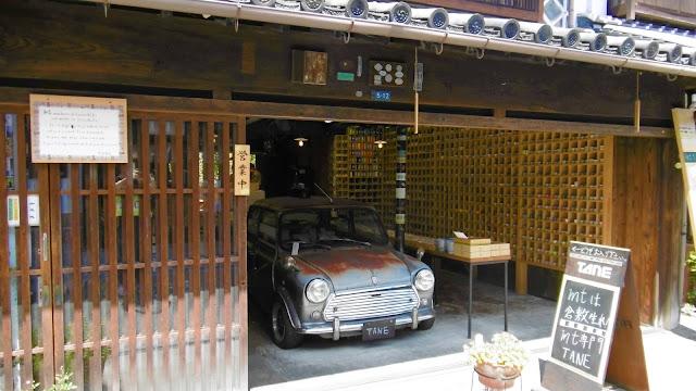 岡山県の倉敷美観地区の町並みと旧ミニクーパー
