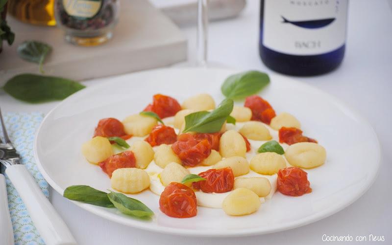 Ñoquis con tomates cherrys y albahaca