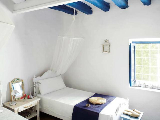 Dormitorio con dos camas de estilo rústico