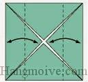 Bước 3: Gấp hai cạnh hai bên tờ giấy vào trong, sau đó lại mở ra để taọ nếp gấp.