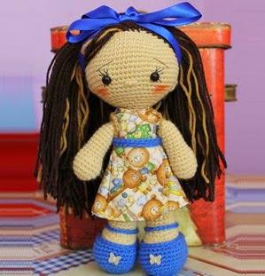 http://patronesamigurumipuntoorg.blogspot.com.es/2014/08/muneca-crochet-con-vestido-y-zapatitos.html