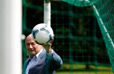 Foto: REUTERS/Michael Buholzer (Zurich, 5 de julio. AP).- El organismo que dicta las reglas del fútbol aprobó el jueves para uso inmediato dos sistemas tecnológicos que detectan si una pelota cruzó la raya de gol. La decisión de la International Football Association Board (Ifab) permite que la Fifa use la tecnología en la Copa del Mundo de 2014.Se espera que la liga Premier inglesa utilice uno de los sistemas la próxima temporada. El presidente de la Fifa, Joseph Blatter, es uno de los integrantes del grupo que aceptó los resultados de las pruebas de los sistemas Ojo de Halcón y