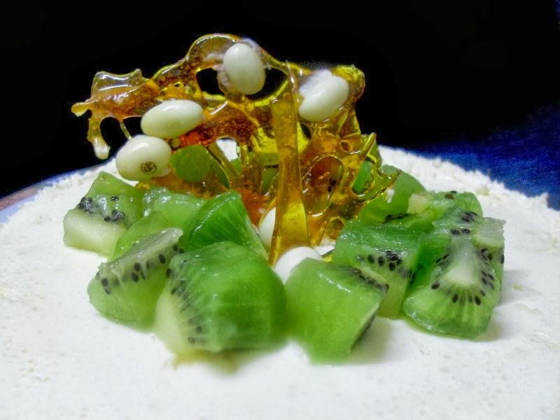 Detalle de cristal de azúcar, conguitos y kiwi de la tarta.