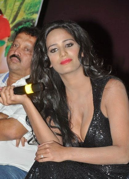 Poonam Pandey Deep Cleavage Stills