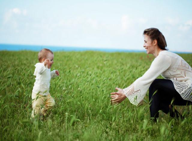 Begini Caranya Membantu Bayi Belajar Berjalan