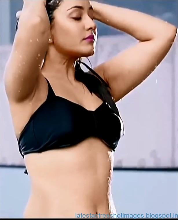 Raashi Khanna in Spicy Black Bikini