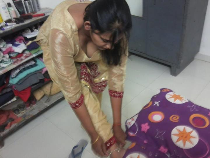 Riya Bhabhi Showing Her Massive Cleavage