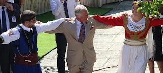 Κάρολος και Καμίλα χόρεψαν κρητικό παραδοσιακό χορό σε γλέντι