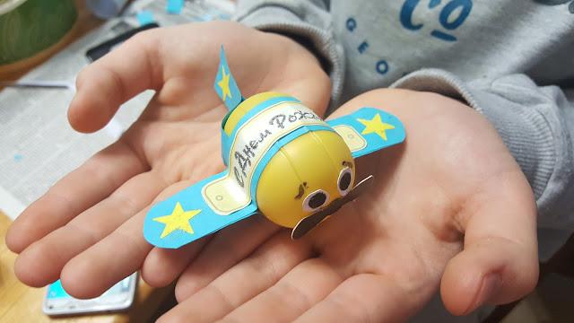 самолётик, из контейнера от киндер-сюрприза