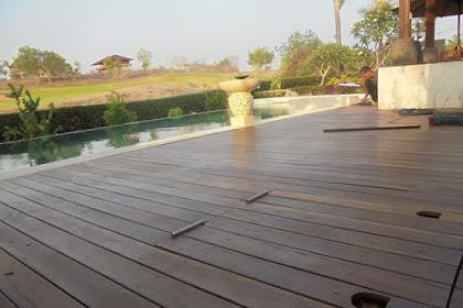 Memasang Deking Kayu Guest House Midrose Bali